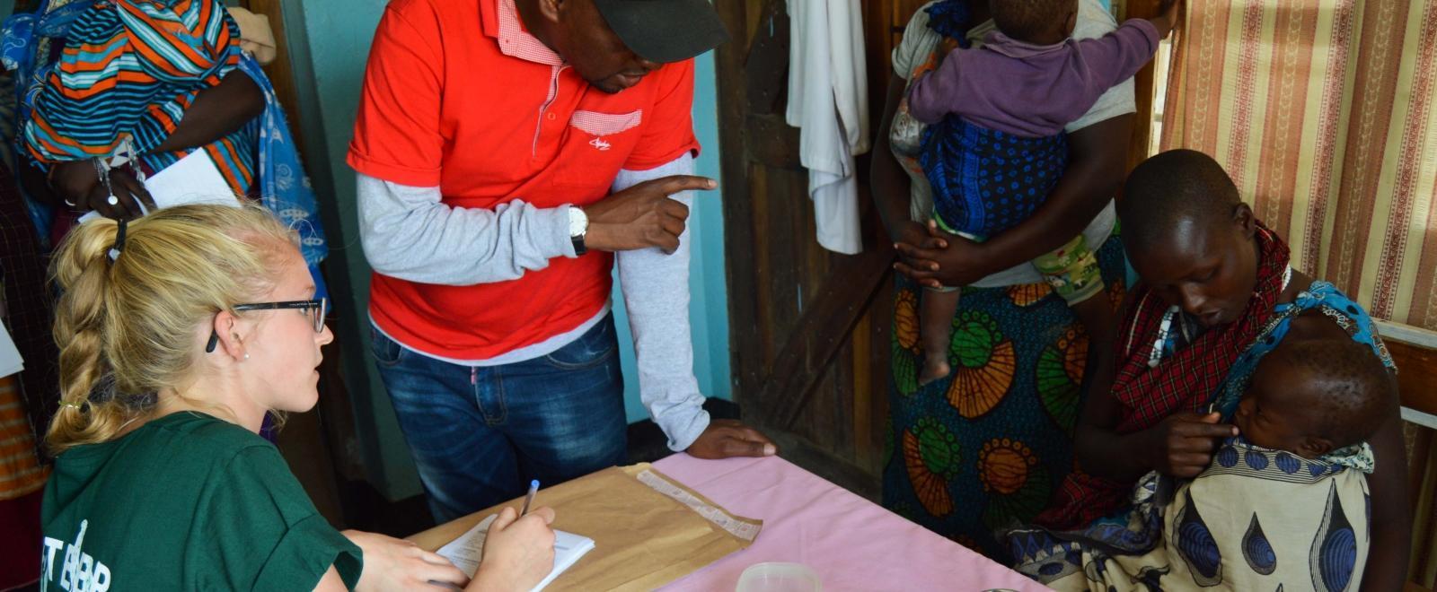 Joven voluntaria de salud en Tanzania en una brigada médica.